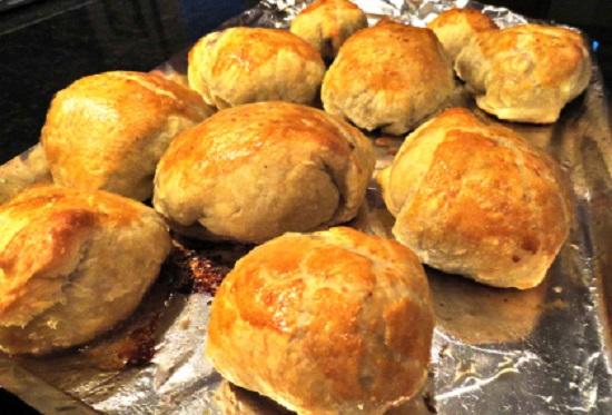 Cho bánh vào khay và nướng bánh.