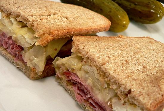 Món bánh sandwich kẹp thịt bò bắp cải.