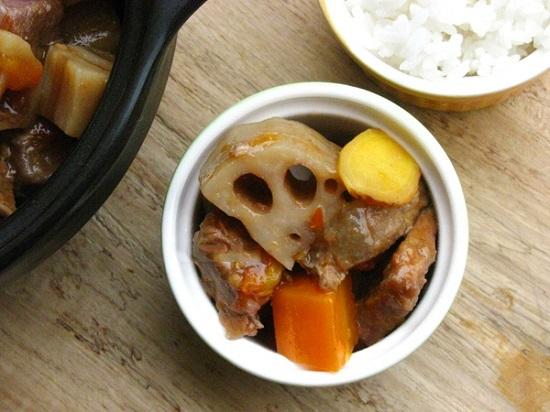 Món thịt bò hầm củ sen hấp dẫn và bổ dưỡng.
