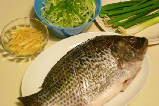 Sơ chế cá và các nguyên liệu.