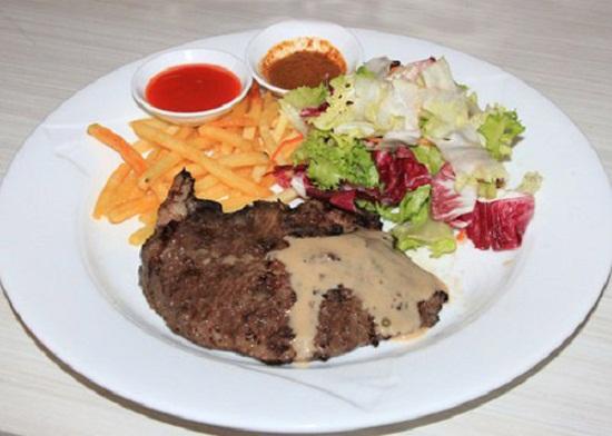 Thưởng thức bò bít tết cùng salad.