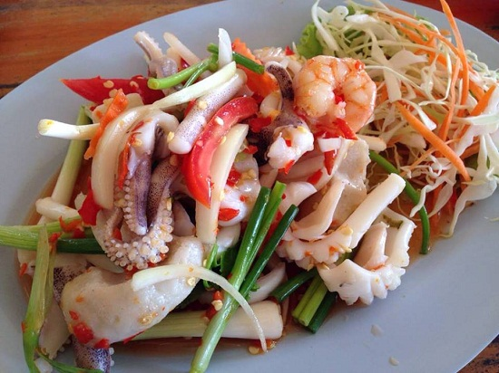 Món gỏi mực kiểu Thái hấp dẫn.