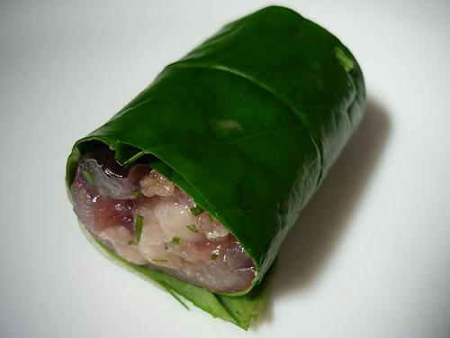 Lá lốt cuộn bên ngoài miếng thịt lươn