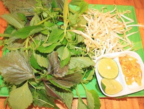 Để bát miến lươn ngon, đủ vị thì chúng ta nên ăn kèm với rau, chanh, ớt...