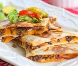 Bánh pizza thịt bò kiểu Mexico thơm giòn hấp dẫn