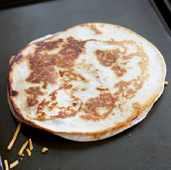 Đặt vỏ bánh vào chảo cho thịt , rau củ và rưới nước sốt lên