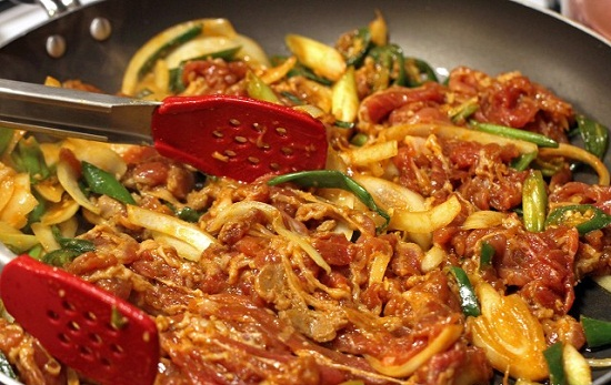 Cách nấu món thịt heo ướp cay kiểu Hàn.