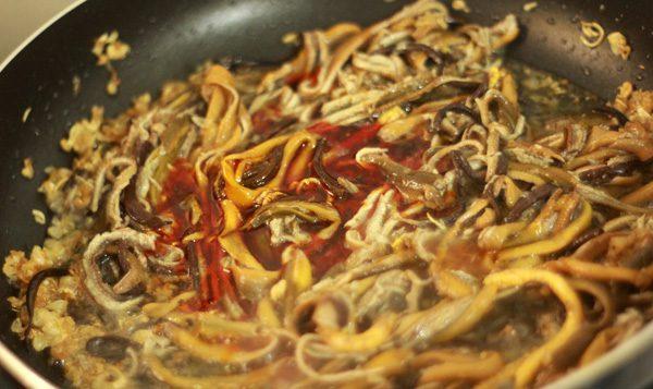 Khi thịt lươn đã ngấm gia vị, chế khoảng 200ml nước vào chảo và đun sôi.