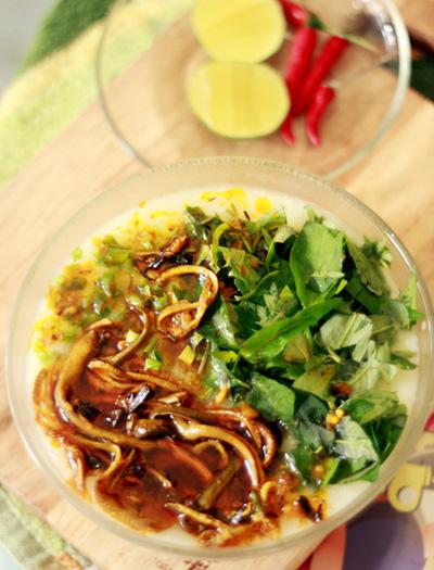Món cháo lươn ăn nóng có thể vắt thêm chanh