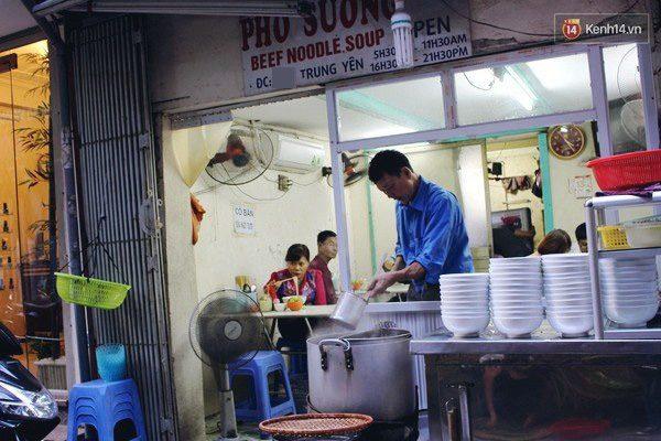 Quán phở Sướng nằm trong ngõ Trung Yên là điểm đến quen thuộc của nhiều thực khách ưa thích món phở Hà Nội.