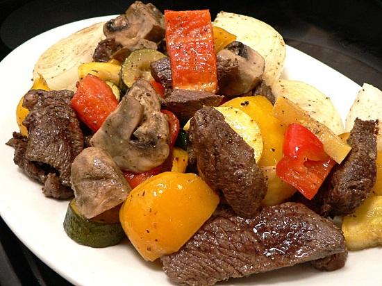 Món thịt bò nướng rau củ hấp dẫn.