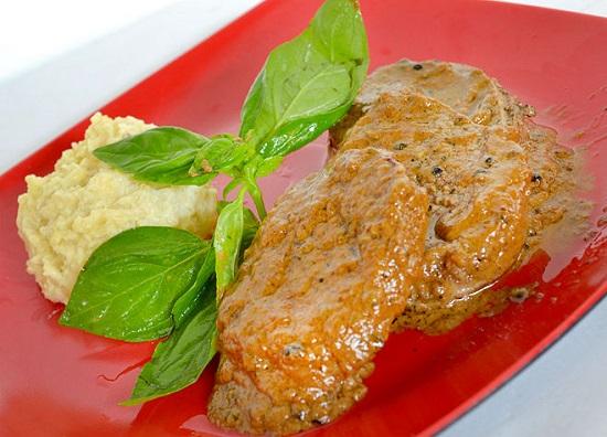 Thịt bò tẩm sốt hạt tiêu cay hấp dẫn.
