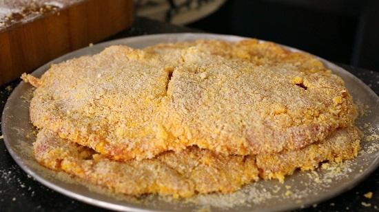 Phủ lớp bột lên thịt nhúng qua bát trứng.