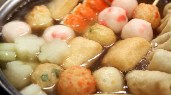 Đặt xiên chả cá vào trong nồi đổ nước nấu sôi