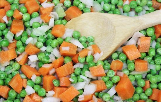 Cho rau củ vào xào