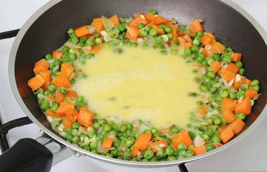 Cho trứng vào chảo rau củ