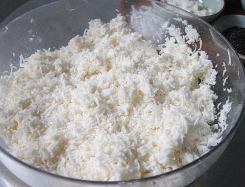 Trộn dừa nạo với đường