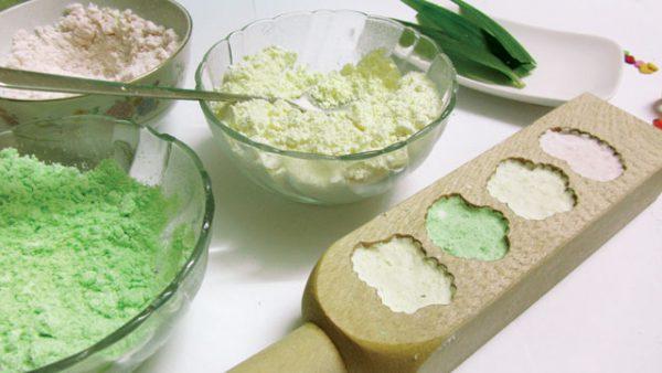 Cho bột vào khuôn làm bánh