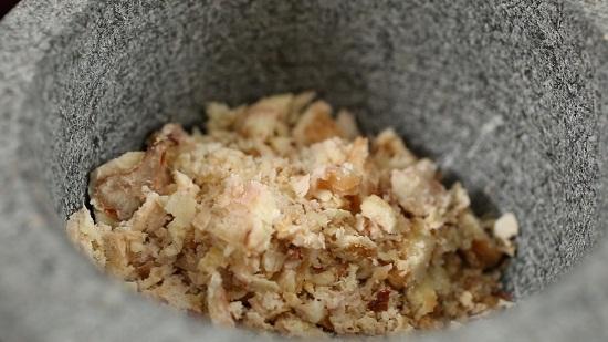 Giã hạt dẻ trong cối đá