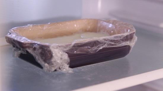 Đổ hỗn hợp ra khuôn rồi cho vào ngăn đá tủ lạnh