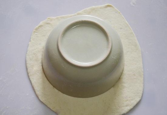 Dùng bát con để tạo thành một miếng bột tròn