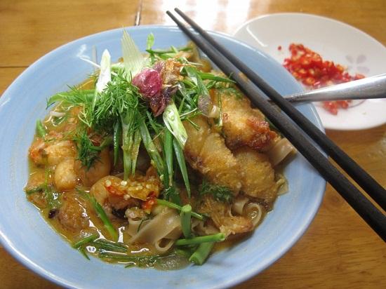 Thưởng thức món bánh đa cá