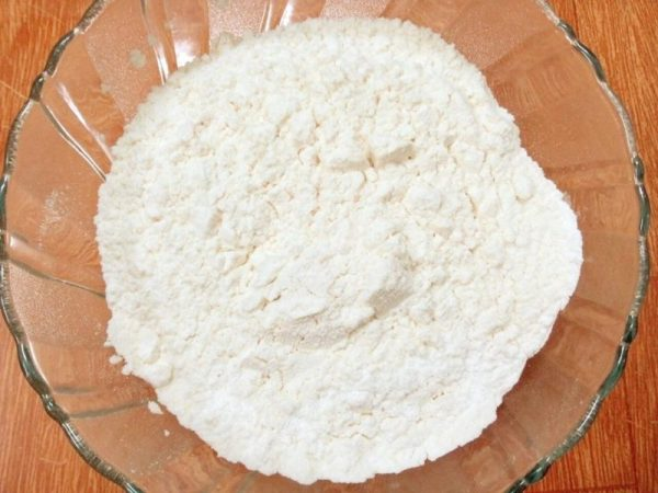 Trộn bột, muối và đường  vào cái tô