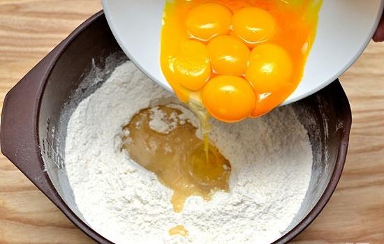 Đập trứng vào tô bột mỳ
