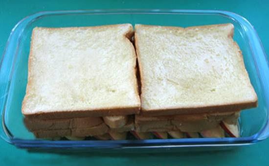 Xếp tiếp lát bánh mì vào khay táo