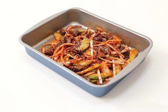 Thêm ốc vào và trộn đều cho các nguyên liệu thấm gia vị