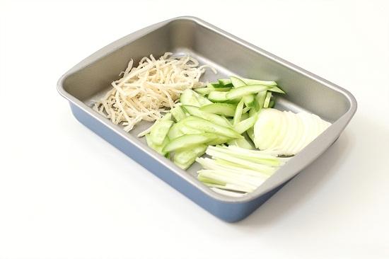 Cho mực xé và các nguyên liệu vào khay