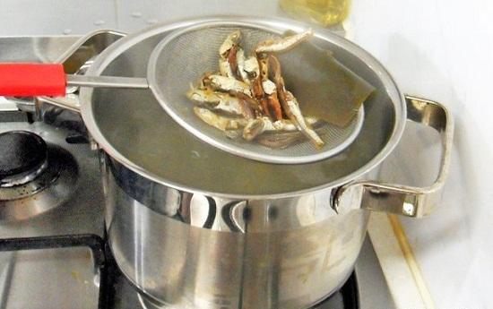 Cho cá cơm vào nồi nước sôi