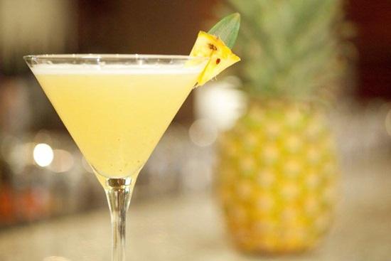 Thưởng thức món cocktail dứa chanh