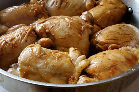 Cho thịt gà vào xào săn lại