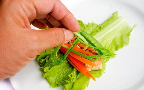 Cho thịt gà và các nguyên liệu vào cuộn tròn