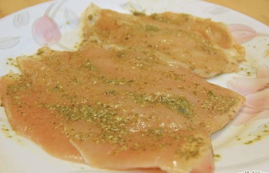 Cho nước sốt pesto vào các miếng thịt ức gà