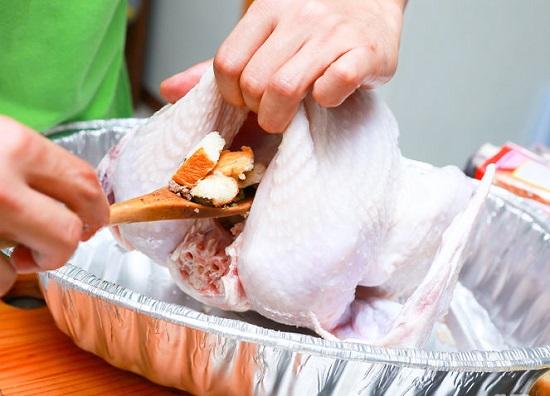 Nhồi hỗn hợp nhân thập cẩm vào trong con gà tây