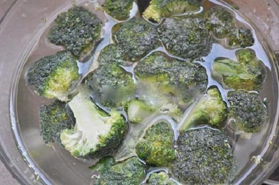 Bông cải xanh ngâm nước