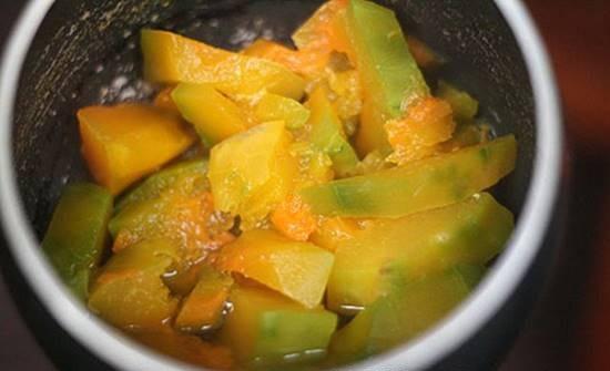 Cho bí đỏ vào nồi ninh với khoai tây và cà rốt
