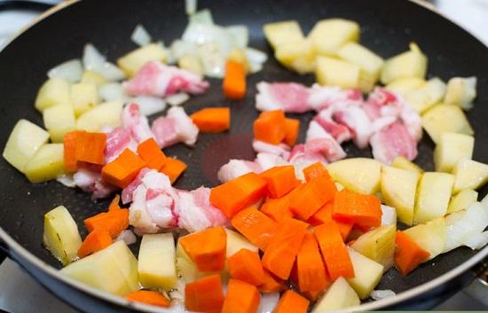 Thêm cà rốt vào xào cùng