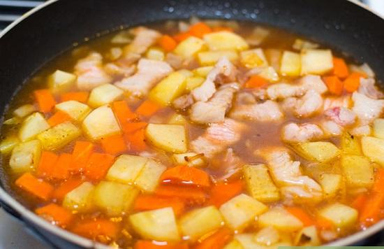 Thêm nước nêm nếm lại gia vị nấu chín