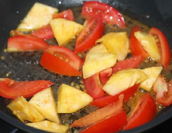 Cho dứa và cà chua vào xào