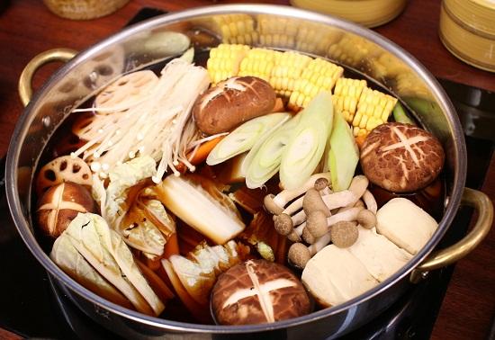 Cho các nguyên liệu vào nồi nấu