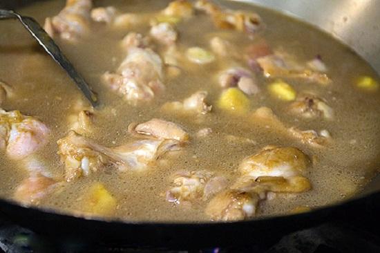Cho 2 muỗng canh rượu vào nấu cùng với gà