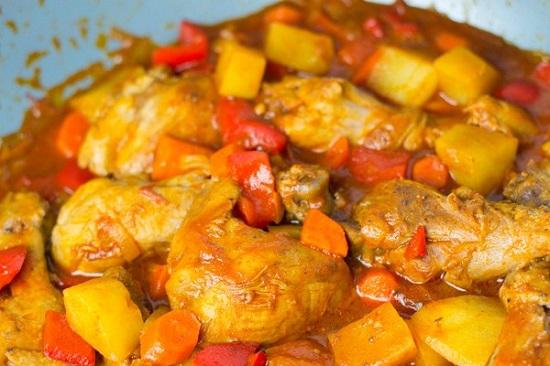 Thêm cà rốt, ớt và khoai tây vào nấu cùng
