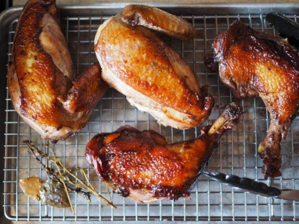 Gắp từng miếng thịt gà ra khay nướng