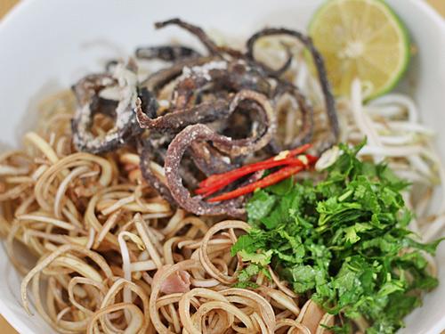 Gỏi lươn nộm hoa chuối xúc bánh đa - ngon giòn hấp dẫn