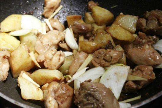 Cho khoai tây và hành tây vào xào cùng