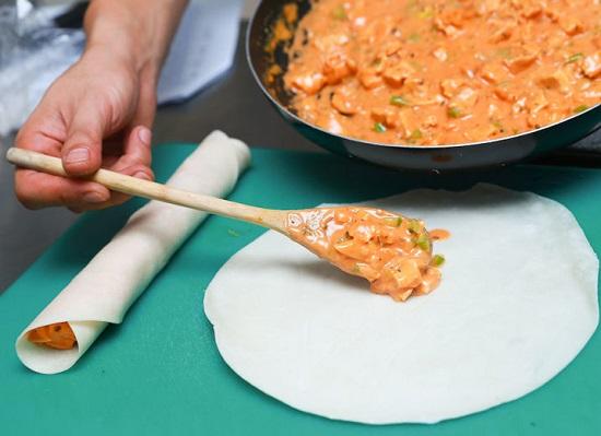 Cho hỗn hợp thịt gà vào vỏ bánh cuộn tròn