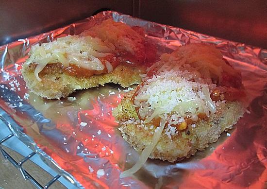 Cho các miếng thịt gà vào lò nướng